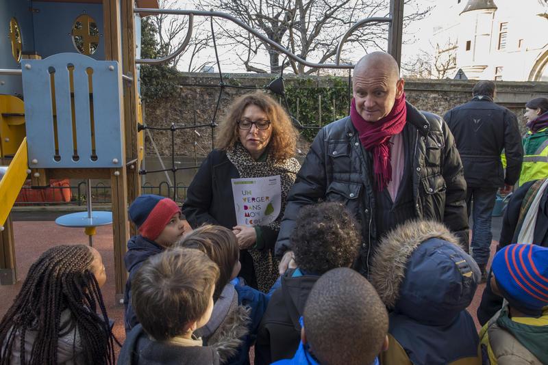 Christophe Girard et les enfants du 4ème arrondissement à l'occasion de l'évènement un verger dans mon école